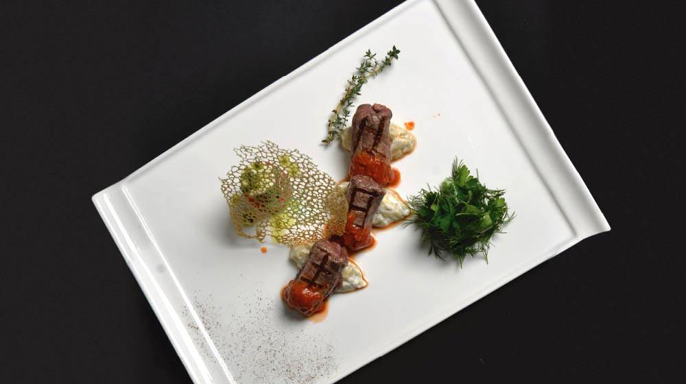 Sicilya Usulü Dana Şiş ve Manda Yoğurdu ile Közlenmiş Patlıcan